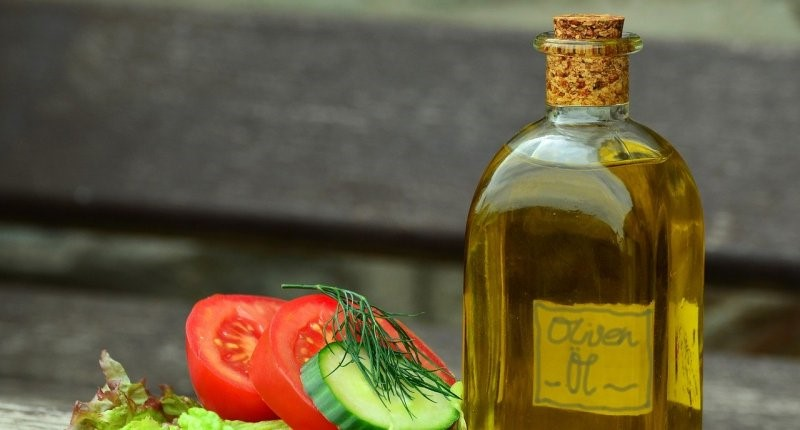 Ein Bild, das Tisch, Essen, sitzend, Flasche enthält.  Automatisch generierte Beschreibung